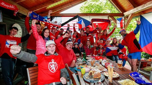 Mistrovství světa v hokeji, čtvrtfinálové utkání mezi Českem a USA.Fanoušci při sledování hokeje v Řepišti.Radost