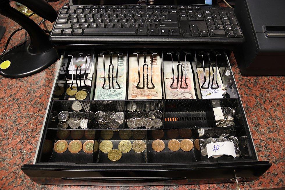 Policisté při domovních prohlídkách zajistili peníze, šperky i výpočetní techniku.