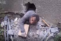 Muž se po výzvě strážníků vysoukal z garáže malým otvorem, který předtím pracně proboural.