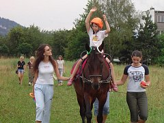 Jízda na koni může přinášet blahodárné a mnohdy přímo terapeutické účinky a pozitivně působit na zdraví každého z nás.