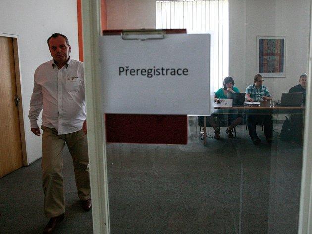 Tam jsou dveře! Opakoval několikrát Michal Kucián bránící pravděpodobně vnitrostranickou věc před tiskem.