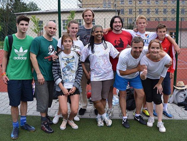 Ostravští shakespearovští herci už hráli. Ne na hradě, ale na zeleném umělém trávníku. Zúčastnili se akce Fotbal pro rozvoj, kterou organizuje pražská organizace INEX.