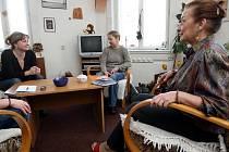 Dagmar Vyoralová (uprostřed) a Silvie Salamonová (vlevo) pečují o tři děti, které nemohou žít se svými biologickými rodiči.