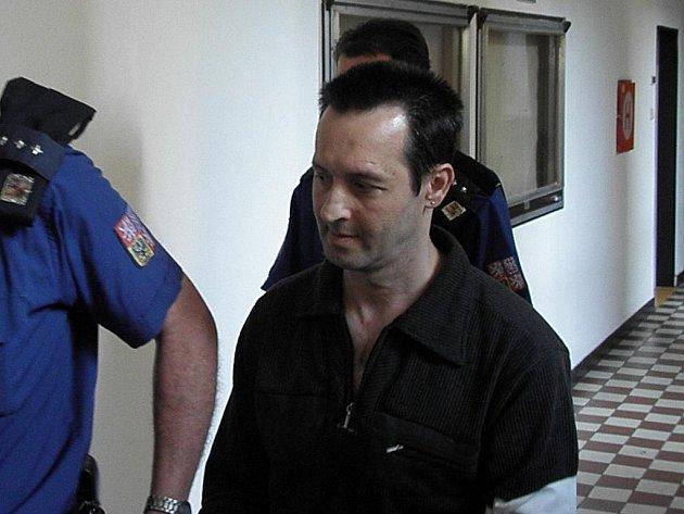 Z ubití svého kamaráda (48 let) je obžalován šestačtyřicetiletý bezdomovec Ján Diro, který v úterý předstoupil před trestní senát Krajského soudu v Ostravě. Jánu Dirovi hrozí až šestnáctiletý trest.