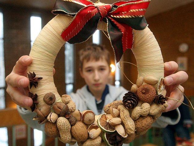 Lidé se přišli v pátek odpoledne svátečně naladit do Základní školy 29. dubna v Ostravě-Výškovicích, kde po celé odpoledne probíhal vánoční jarmark.