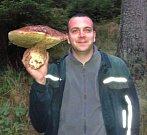 T. Šimko a jeho houbařský úlovek z roku 2013: váha 2 kg, obvod 112 cm.