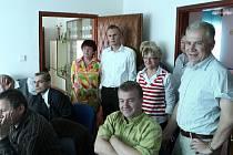 Lidovci sledovali průběh voleb ve svém moravskoslezském sídle na Poděbradově ulici v Ostravě. Krajský šéf Petr Adamec (vpravo) ani ostatní členové KDU-ČSL i přes neúspěch neztratili úsměvy a další naději.