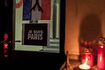 Uctění památky obětí teroristických útoků v Paříži.
