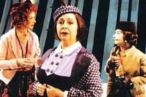 Skvělé jsou na jevišti Anna Cónová, Veronika Forejtová a Daniela Fialková.