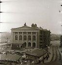 Novobarokní prvky původní podoby divadelní budovy byly nahrazeny novoklasicistním řešením, které lépe odpovídalo požadavkům socialistického realismu. Rekonstrukce v letech 1954–1956 probíhala bez přerušení provozu (foto František Krasl).
