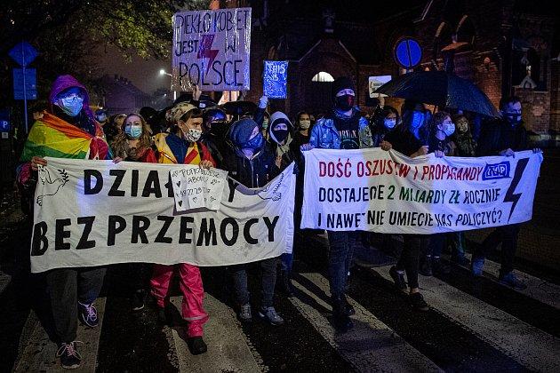 Vpolském Krakově pokračují protesty proti rozhodnutí ústavního soudu, které vPolsku zavádí téměř úplný zákaz potratů.