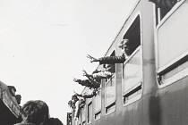 """Cestující, kteří projížděli frenštátským nádražím, zdraví odcházející sovětské vojáky """"churchilovským symbolem"""" dvěma prsty roztaženými do písmene V, tedy vítězství."""