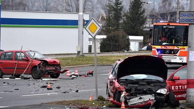 Hrozivě vypadající nehoda v ulici Hornopolní na ostravském sídlišti Fifejdy.