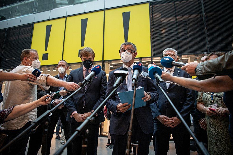 V OC Forum Nová Karolina se otevřelo očkovací místo bez nutnosti předchozí registrace, 21. července 2021 v Ostravě. (střed) premiér Andrej Babiš a ministr zdravotnictví Adam Vojtěch.