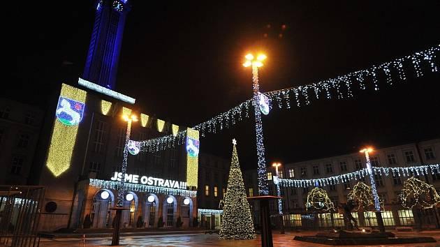 Stovky světel rozzářily Novou radnici a Prokešovo náměstí v Ostravě.