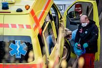 Výjezdový tým, který v Ostravě zjišťuje zda pacienti jsou nakaženi koronavirem (COVID-19).