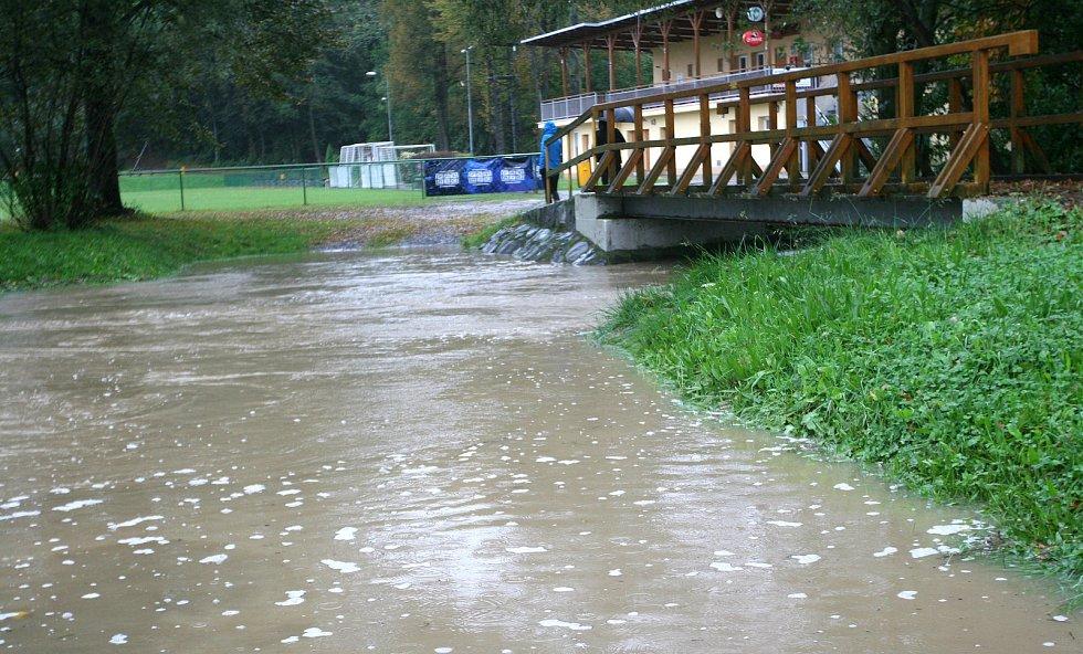 PORUBKA je v noci z úterka a po celou středu vším jiným, jen ne potokem, jak ho vodohospodáři označují, zalévá chatovou oblast v Krásném Poli a trápí lidi v Dolní Lhotě, Vřesině, Porubě, Svinově či Dubí.