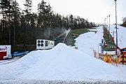 NA SKALCE VYRÁBĚJÍ SNÍH pro Korejskou vesničku v centru Ostravy. Na snímku správce skiareálu Lubor Pavlík.