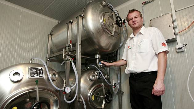 Majitel pivnice U Rady Marián Bavlšík si tankové pivo pochvaluje.