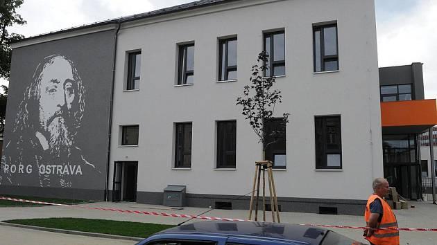 Před otevřením pobočky soukromého gymnázia a základní školy PORG v Rostislavově ulici v Ostravě–Vítkovicích bylo třeba budovu, v níž sídlí, zrekonstruovat. Finišují i úpravy atria.
