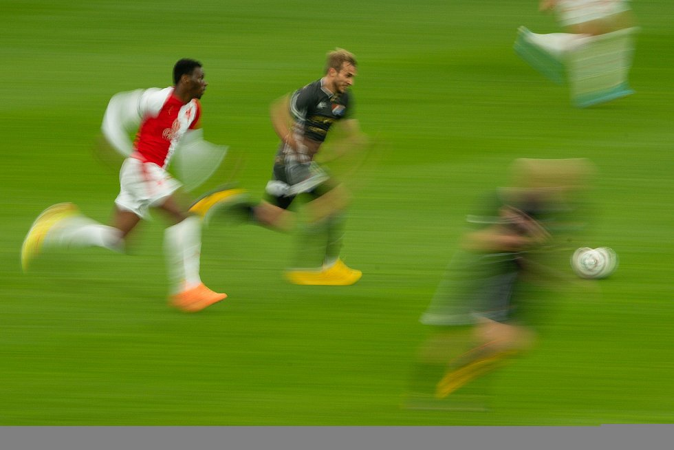 Utkání 29. kola první fotbalové ligy: FC Baník Ostrava - SK Slavia Praha, 10. června 2020 v Ostravě. Zleva Benjamin Traore Ibrahim ze Slavie a Nemanja Kuzmanovič z Ostravy.
