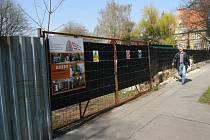U Komenského sadů se nyní staví bytový dům s názvem Améba. Náhradní výsadba za stromy, které byly na jeho místě vykáceny, však nebude umístěna zpět do centra Ostravy, ale až do obvodu Hrabová.