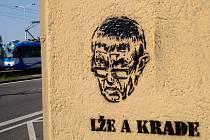 Lže a krade! To stojí u portrétů současného předsedy české vlády, které se objevují nastříkané pravděpodobně za pomocí šablony na zastávkách ostravské městské hromadné dopravy.