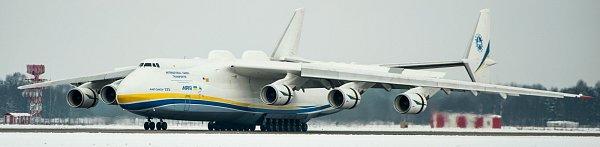 Největší nákladní letadlo světa AN-225Mrija přistálo na ploše ostravského letiště vMošnově.