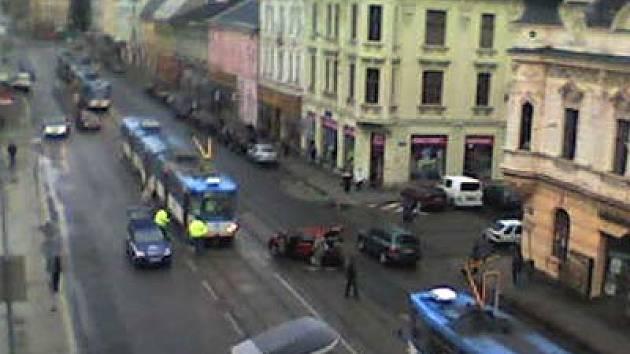 Nehoda auta s tramvají nedaleko náměstí Svatopluka Čecha v Ostravě-Přívoze