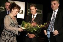 Alena Kostková přebírá první cenu v roce 2007 pro rehabilitační stacionář v Třinci od generálního ředitele Plzeňského Prazdroje Mika Shorta (uprostřed) a ředitele pivovaru Radegast Ivo Końaříka. Kdo získá cenu letos?