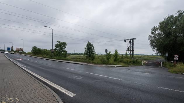 Připravované outletové centrum mezi dálnicí D1 a řekou Odrou by mělo být dopravně napojeno na Hlučínskou ulici (na snímku místo napojení).