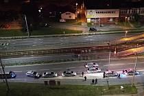 Několik policejních hlídek a záchranná služba zasahovaly v neděli v prvních minutách nového dne v ulici Karpatské v Ostravě. Důvodem byla nahlášená hromadná rvačka. Na místo postupně dorazilo nejméně sedm policejních aut.