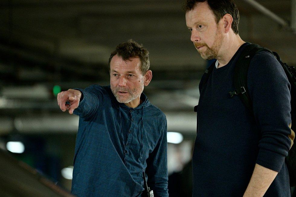 Radim Špaček a Martin Štěpánek při nataáčení seriálu Stíny v mlze.