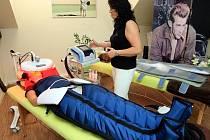 Lymfatický systém odvádí škodlivé látky z těla. Speciální masáž – lymfodrenáž – ho dokáže pořádně rozproudit.
