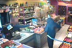 Prodavačka lupiči stříkla do tváře slzný sprej.