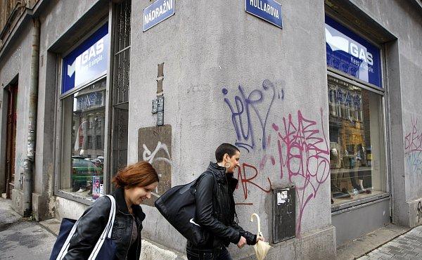 Stěhování. Také tato prodejna na rohu Nádražní a Hollarovy ulice se brzy přestěhuje. Dříve vtomto obchodě dlouhá léta úspěšně fungovala prodejna hudebnin.