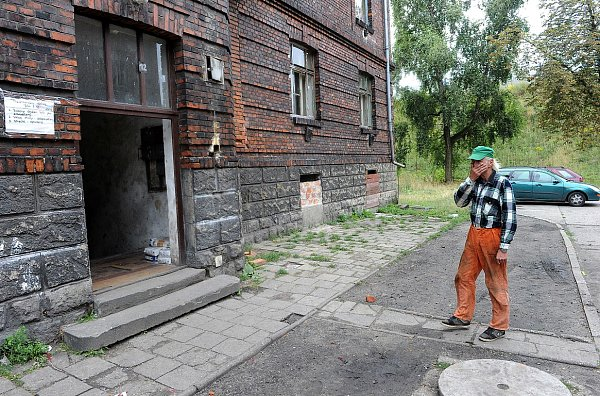 Situace vostravském romském ghettu vPřednádraží se ani po čtrnácti dnech neuklidnila. Stavební úřad vpátek nařídil majiteli domů demoliční výměr na jeden znich.