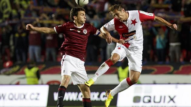 Na snímku vlevo Dávid Škutka. Ilustrační foto z derby Slavia – Sparta.