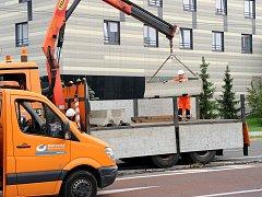 Odstranění betonových dělících pásů neboli city bloků v Hornopolní ulici.
