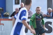 Záložník Petřkovic Martin Václavík (vpravo) udržuje v šatně třetiligového nováčka dobrou náladu.