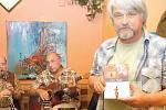 Jan Padych (na snímku vpravo) představil na křtu v ostravském Televizním klubu svůj nový román Čas vlků.