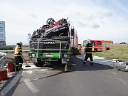 Převrácený kamion na kruhovém objezdu objezdu v Ostravě postavili zpět na kola hasiči.