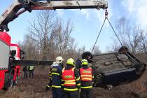 Dopravní nehoda ve Slezské Ostravě s vyprošťováním Oplu Agila ze srázu.