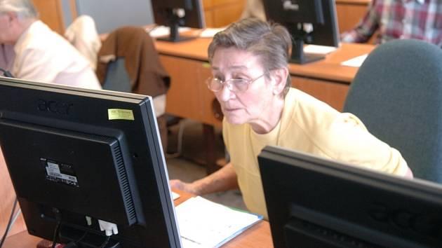 Také senioři se naučí pracovat s počítačem.