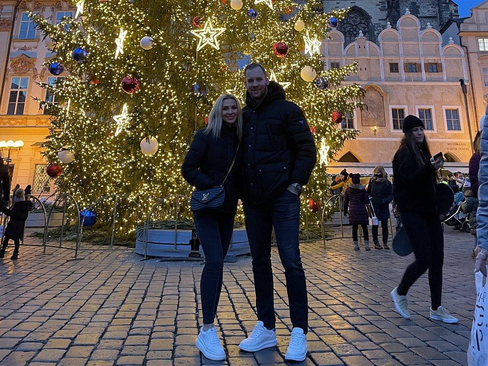S PŘÍTELKYNÍ Dominikou Radek Faksa u vánočního stromu v Praze.