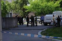 Okolí věžového domu neprodyšně uzavřela policie. Na místo dorazili i pyrotechnici.