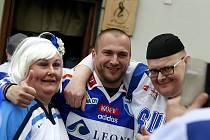 Na snímku finští fanoušci z Hämeenlinny, kteří se v Klimkovicích sešli s bývalými skvělými útočníky Romanem Šimíčkem a Vladimírem Vůjtkem. Setkání to bylo hodně dojemné, protože oba tam patřili k velkým hvězdám celku HPK.