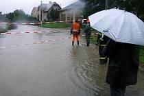 U Města Albrechtic zaplavila řeka Opavice silnici a rozdělila tak obec na dvě části. Hladina stoupá každou hodinu a déšť neustává