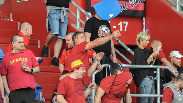 Fanynka Sparty řádila na zápase s Baníkem. Teď nesmí půl roku na fotbal