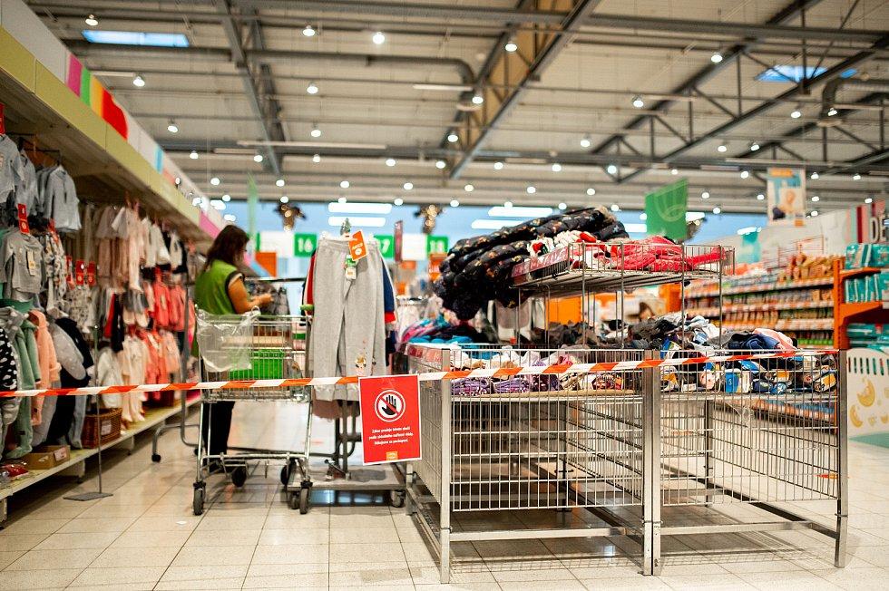 Cedule vyznačující plochu se zákazem vstupu zákazníků v hypermarketu Globus, 27. prosince 2020 v Ostravě. Od neděle začal platit nejvyšší, pátý stupeň pohotovosti protiepidemického systému PES. Prodávat tak bude nyní možné v obchodech pouze základní potře